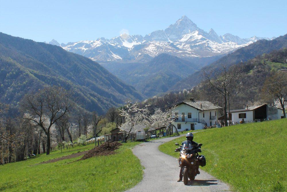 i_colli_delle_alpi_e_le_motociclette