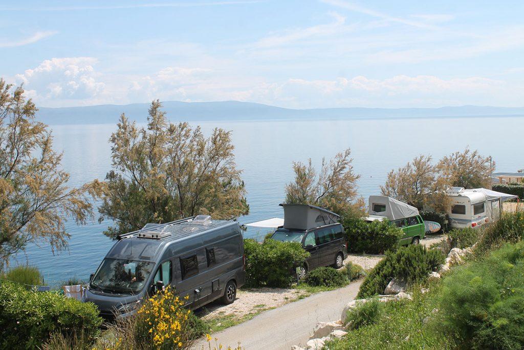 Varie-interpretazioni-di-van-attrezzati-in-un-campeggio-Istriano