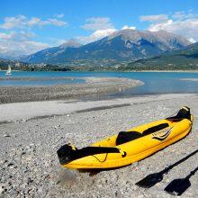 Una kayak  gonfiabile  sulla spiaggia del lago di Serre Poncon   (F). Imbarcazione turistica ed economica, per acque calme, che può essere usata anche come canoa.