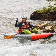 Un bella immagine di un kayak gonfiabile d'alto corso.