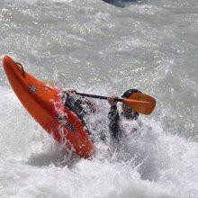 Evoluzioni in kayak tra i flutti. (Val d'Aosta)