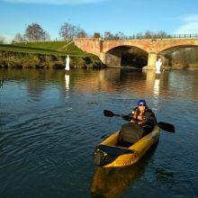 In Kayak gonfiabile sul fiume Po Imbarcazione turistica ed economica, per acque calme, che può essere usata anche come canoa