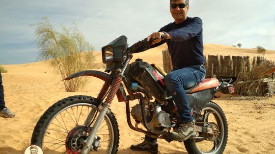 Fabrizio nei pressi di Timbaine, dove Mohammed, il simpatico gestore del Café, si è costruito una moto assemblando pezzi provenienti da 5 moto diverse e pezzi autocostruiti!