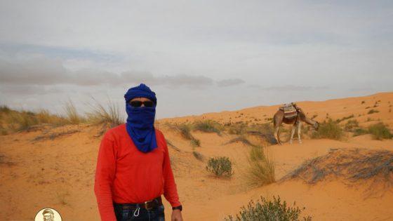 Il turbante e gli occhiali...per difendersi dalla sabbia sollevata dal vento durante un trekking nei pressi dell'Oasi di Ain Essebatt