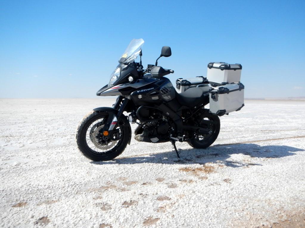 Bianco abbacinante sulla pista che tagila il lago salato