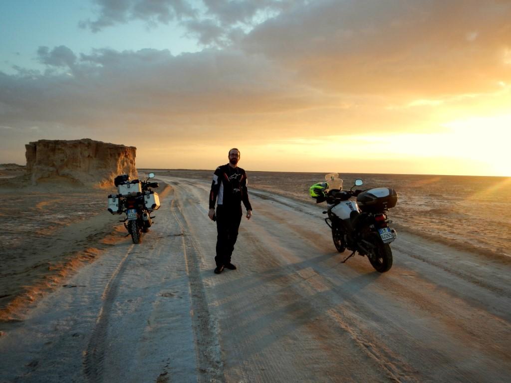 Daniele si gode uno splendido tramonto nel deserto