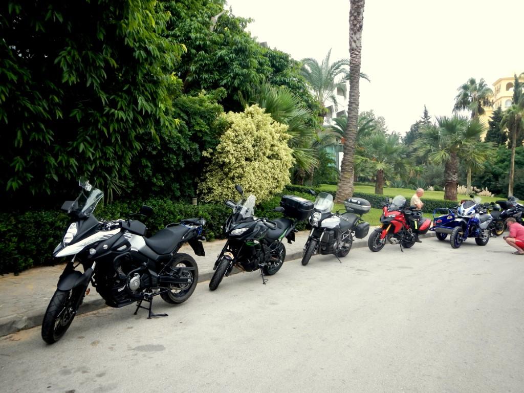 Le moto nel parcheggio di un hotel di lusso ad Hammamet