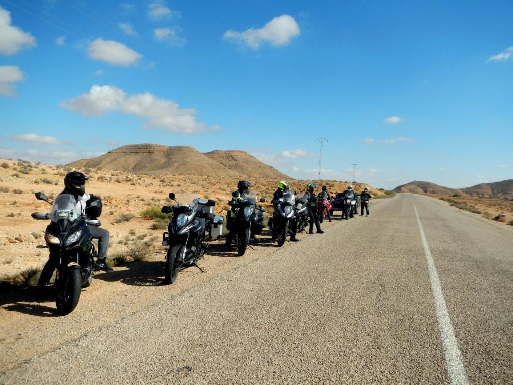 Asfalto grossolano ma privo di buche sulle strade di montagna tunisine.