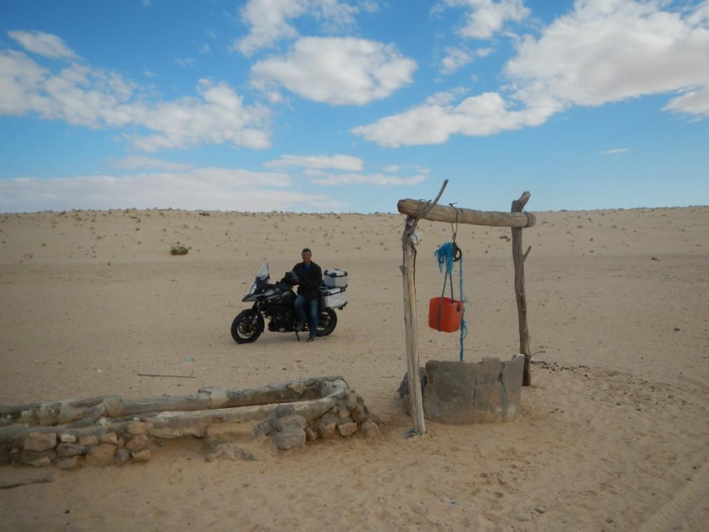4 - Fabrizio e la sua V-Strom vicno al pozzo a poca distanza dal confine con l'Algeria